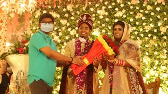 झारखंड के मुख्यमंत्री हेमंत सोरेन ने अतनु दास और दीपिका कुमारी को बधाई दी। (इंडिया टुडे फोटो)
