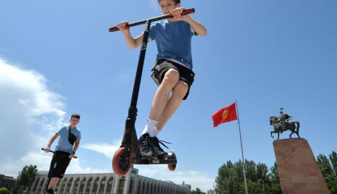 किर्गिस्तान के बिश्केक में केंद्रीय अला-टू स्क्वायर में अंतर्राष्ट्रीय बाल दिवस (1 जून) के दौरान लड़कों ने स्कूटर की सवारी की। गेटी इमेज के जरिए VYACHESLAV OSELEDKO / AFP द्वारा फोटो।