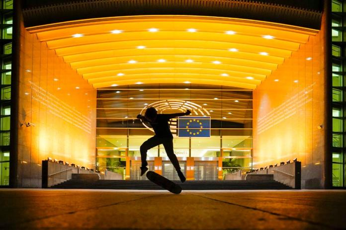 The European Parliament turned its light in gold to mark the Glow Gold September – Childhood Cancer Awareness Campaign 2020