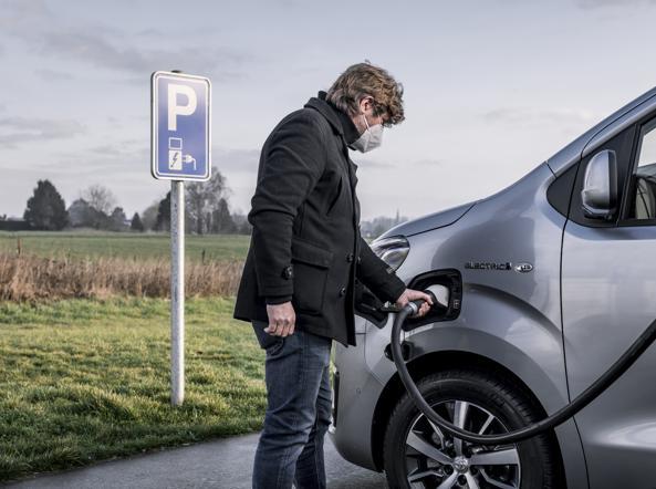 टोयोटा प्रॉस, वाणिज्यिक इलेक्ट्रिक बन जाता है