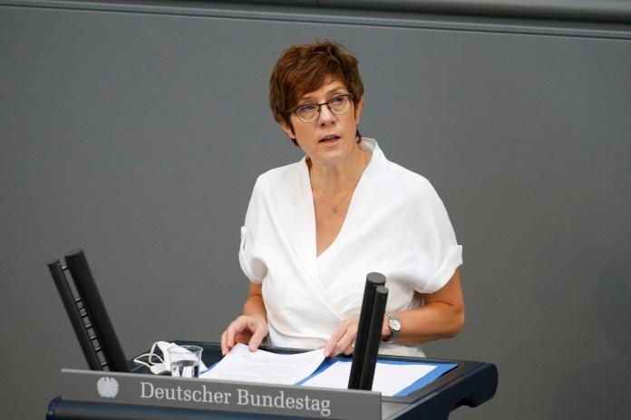 जर्मन रक्षा मंत्री एनेग्रेट क्रैम्प-कर्रनबाउर संघीय चुनावों से पहले संसद के निचले सदन बुंडेस्टाग के आखिरी सत्र के दौरान बर्लिन, जर्मनी, 23 जून, 2021 में बोलते हैं। रॉयटर्स/मिशेल टैंटुसी/फाइल फोटो
