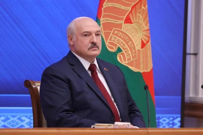 बेलारूसी राष्ट्रपति अलेक्जेंडर लुकाशेंको ने 9 अगस्त, 2021 को मिन्स्क, बेलारूस में एक समाचार सम्मेलन आयोजित किया। रॉयटर्स के माध्यम से पावेल ओरलोवस्की/बेल्टा/हैंडआउट