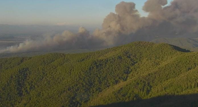 16 अगस्त, 2021 को दक्षिणी फ़्रांस के वार क्षेत्र में लगी भीषण जंगल की आग से धुंआ उठता है। चित्र 16 अगस्त, 2021 को लिया गया। रॉयटर्स के माध्यम से सिक्यूराइट सिविल/हैंडआउट
