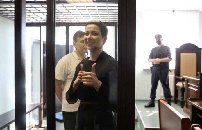 बेलारूसी विपक्षी राजनेता मारिया कोलेसनिकोवा और मैक्सिम ज़्नाक, जिन पर सत्ता हथियाने की साजिश रचने और राष्ट्रीय सुरक्षा को खतरे में डालने का आरोप है, वे 4 अगस्त, 2021 को मिन्स्क, बेलारूस में एक अदालती सुनवाई में शामिल हुए।