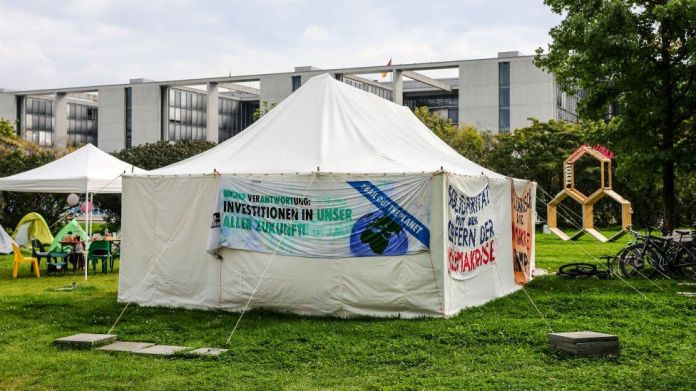 12 सितंबर, 2021 को बर्लिन, जर्मनी में रैहस्टाग भवन के पास एक जलवायु कार्यकर्ता शिविर का एक दृश्य।
