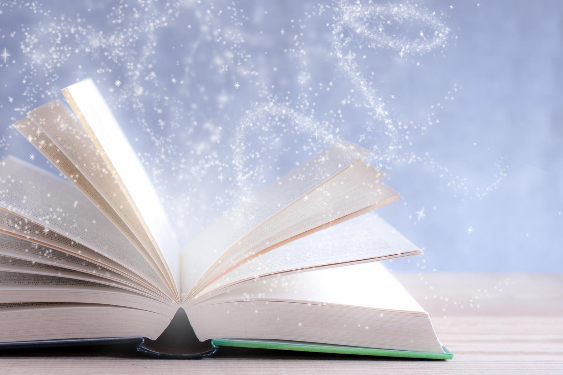本が開かれて秘密を解明するイメージ写真