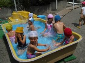 夏のプール遊び