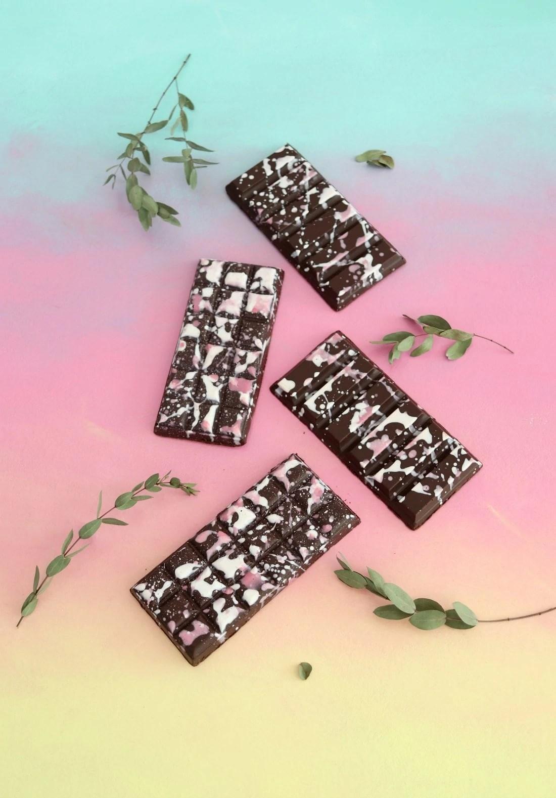Tablettes en chocolat et fruits de la passion maison + leurs étiquettes de Pâques imprimables