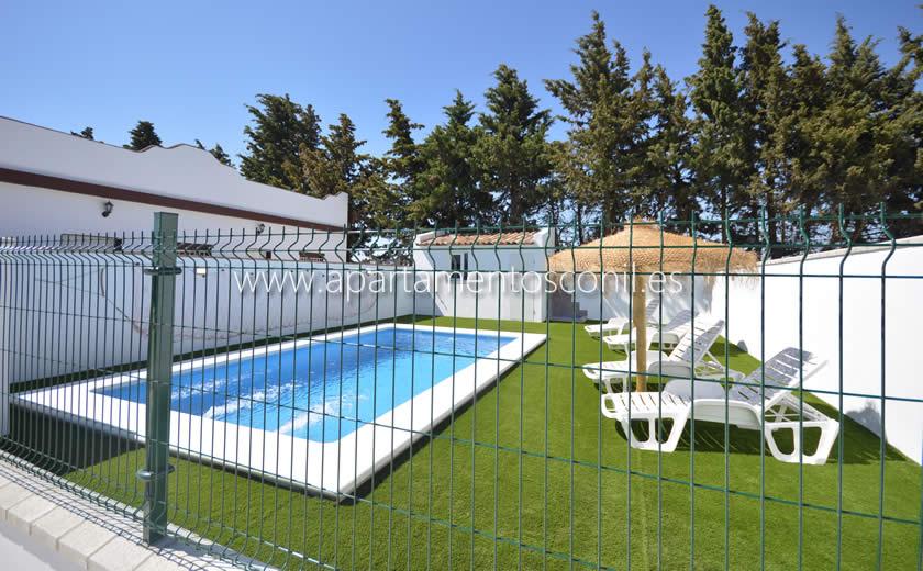 Con terraza y piscina a 300 metros de la playa. Apartamento en El Colorado con piscina | Apartamentos Conil