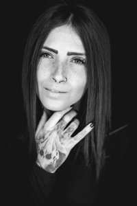 Ritratto in bianco e nero con luce circolare con riflesso negli occhi ad anello