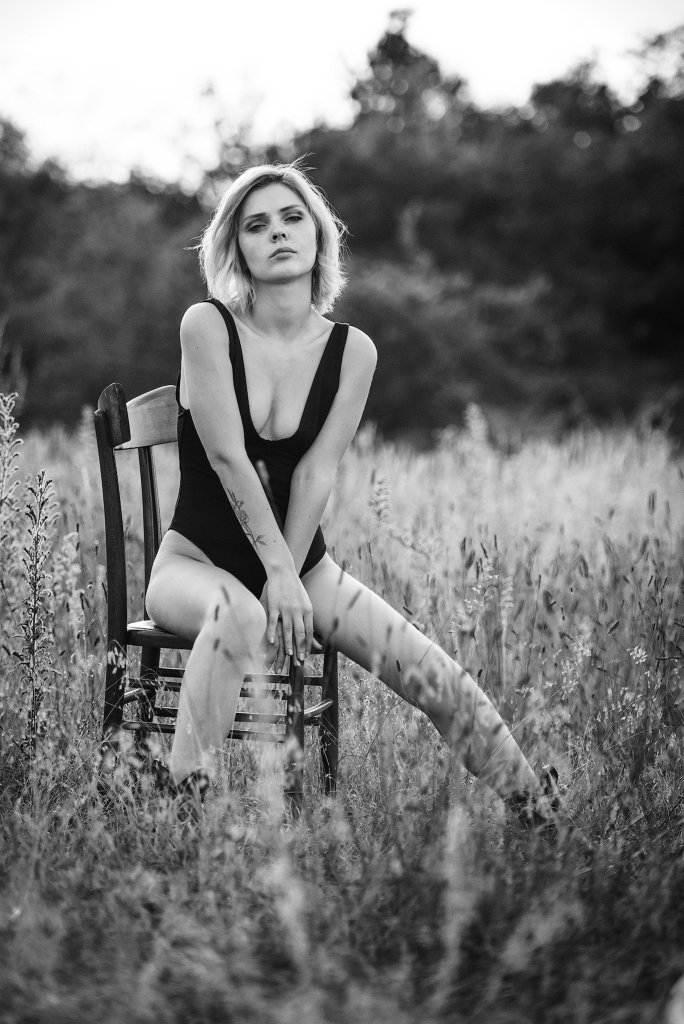 Glamour portrait in black and white in nature with chair
