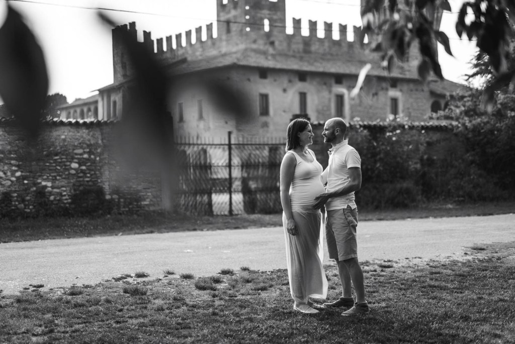 Maternity shoot - Scatto in bianco e nero ambientato di un servizio di gravidanza di coppia