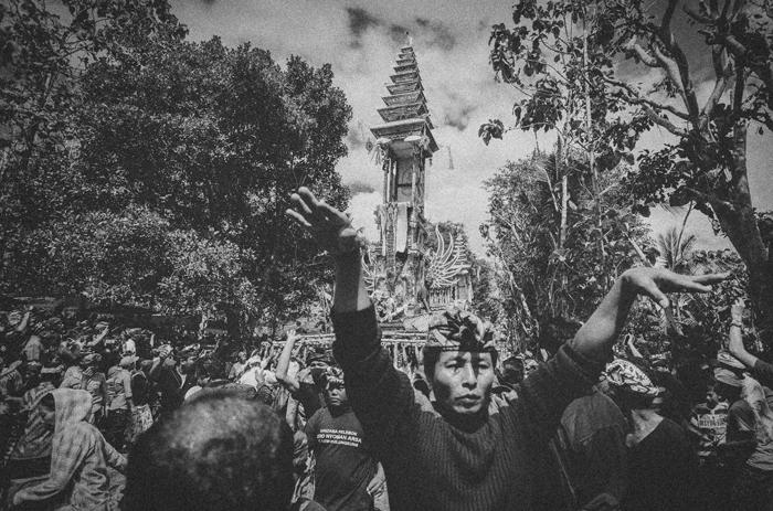Apel Photography - Street Photography - Journalist Photographers - Bali Masive Cremationan Ceremony - Ngaben di Nusa Penida - Bali Monochrome Photographers (31)