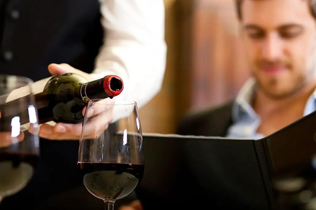 https://i1.wp.com/www.apetitoenlinea.com/wp-content/uploads/2007/03/man-with-wine.jpg?resize=1024%2C683&ssl=1