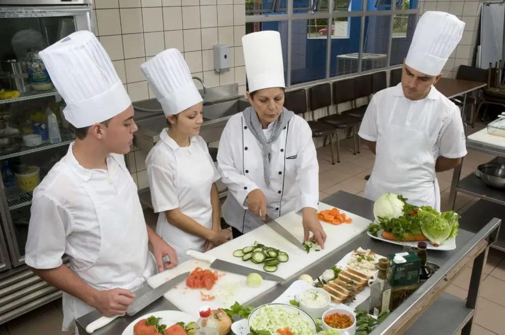 170 estudiantes del INA refuerzan su  formación en empresas del sector turístico