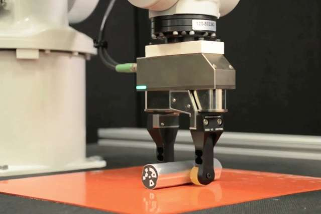 Robot That Can Manipulate Its Grip