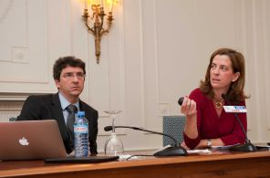 Un momento de la intervención de Jorge Sicilia y Alejandra Kindelan en el Curso de Verano organizado por la APIE en la UIMP.