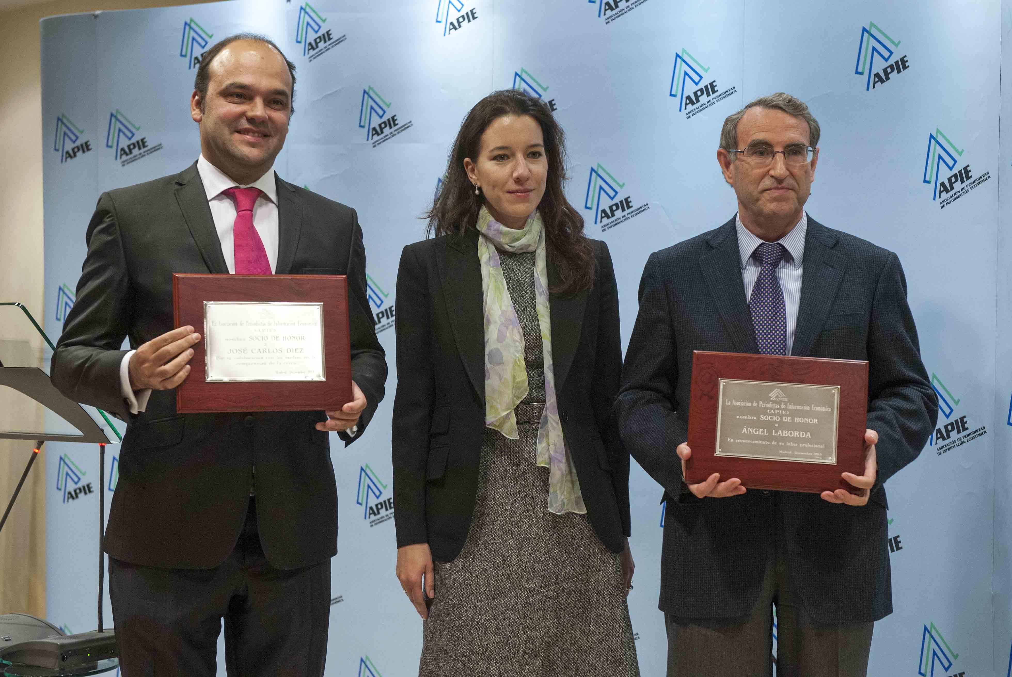 José Carlos Díez (izquierda) y Ángel Laborda, nuevo Socios de Honor de APIE, con Fiona Maharg-Bravo, de la Junta Directiva.