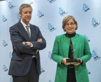 Íñigo de Barrón, de la Junta Directiva de la APIE, entrega el segundo accésit como Secante a Belén Romana, Presidenta del SAREB.