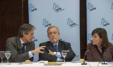 Iñigo de la Serna, Antonio Beteta y Rosana Navarro, los tres participantes en la tercera jornada del curso de APIE y el Banco Popular, charlan durante el almuerzo de prensa.