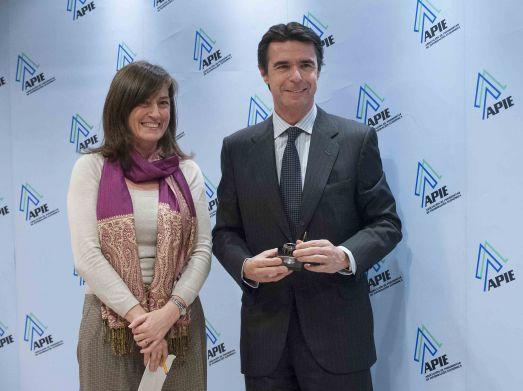 Jose Manuel Soria, Ministro de Industria, recibe el primer accésit como Tintero de manos de Rosa María Sánchez, de la Junta Directiva de la APIE.