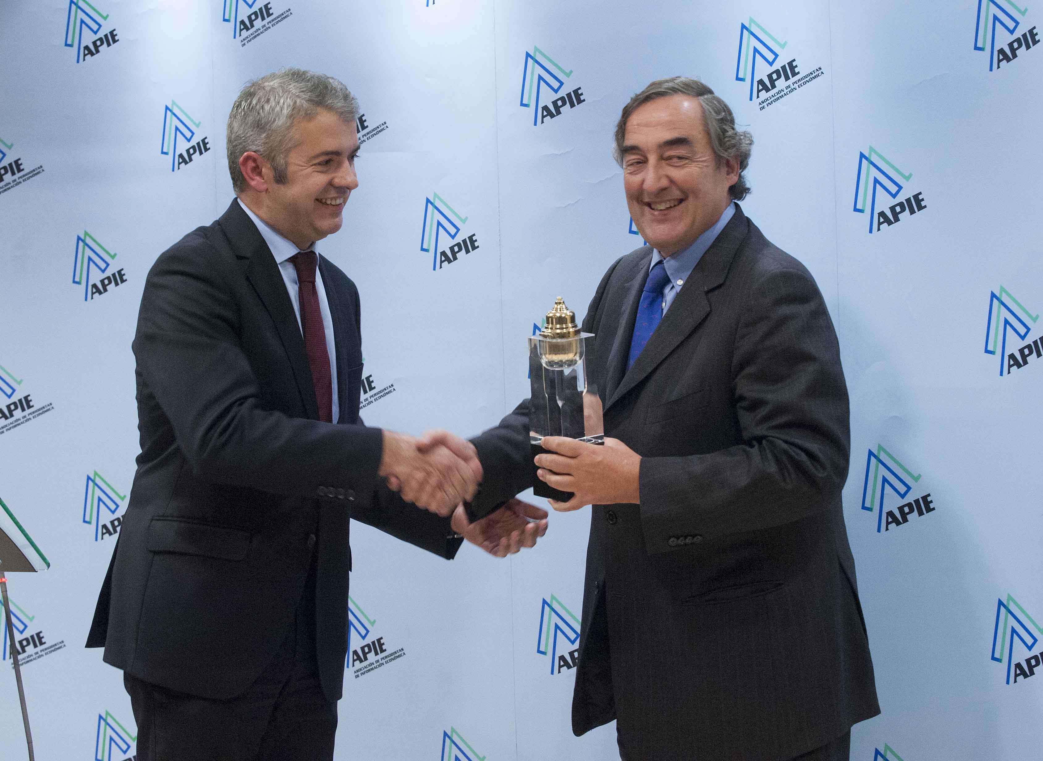 Javier García de la Vega, Presidente de APIE, hace entrega del premio Tintero a Juan Rosell, Presidente de la CEOE.