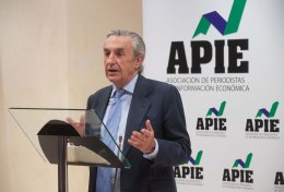 Jose María Marín Quemada se dirige al público tras recibir el segundo accesit Tintero en los premios de la APIE Tintero y Secante 2014.