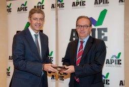 Íñigo de Barrón, de la Junta Directiva de APIE, hace entrega de su primer accesit en la categoría de Secante a Antonio Carrascosa, Director General del FROB, durante los premios Tintero y Secante 2014.