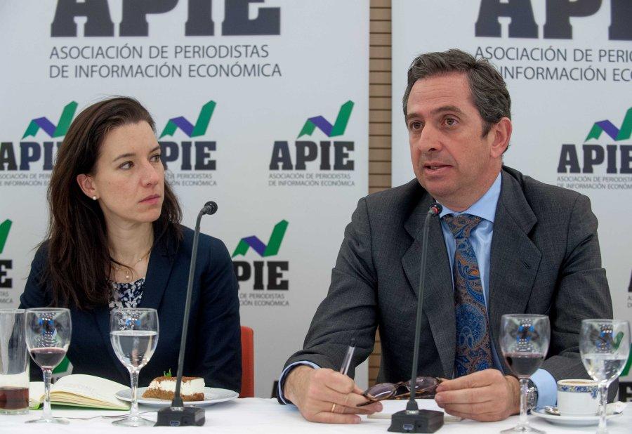 Iñigo Fernández de Mesa junto a Fiona Maharg Bravo, de la Junta Directiva de APIE.