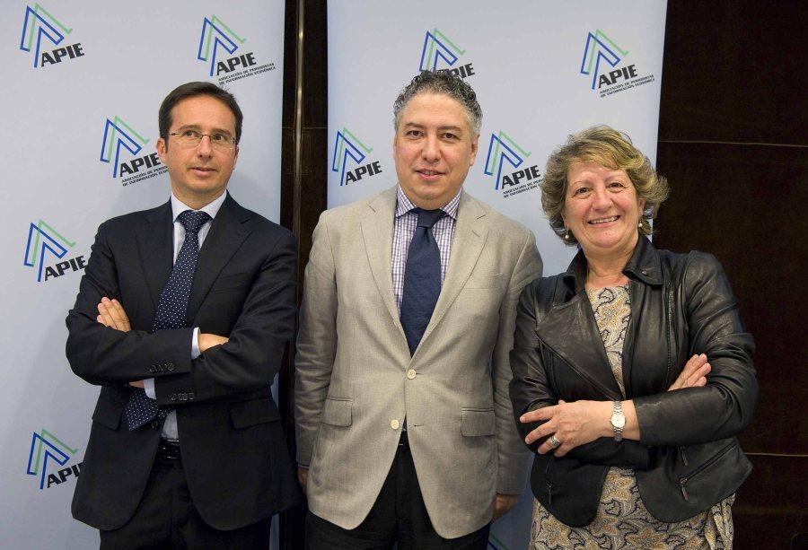 Los participantes en la Tercera Jornada del Curso de Economía: de izquierda a derecha, Ignacio Conde-Ruiz, Tomás Burgos y Pilar González de Frutos.