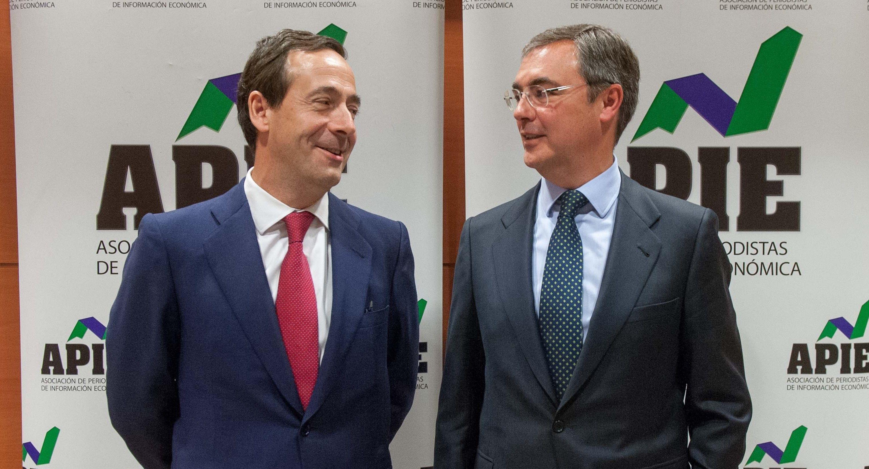 Gonzalo Gortázar, Consejero Delegado de Caixabank, y José Sevilla, Consejero Delegado de Bankia, posan en la Quinta Jornada del Curso de Economía organizado por APIE.