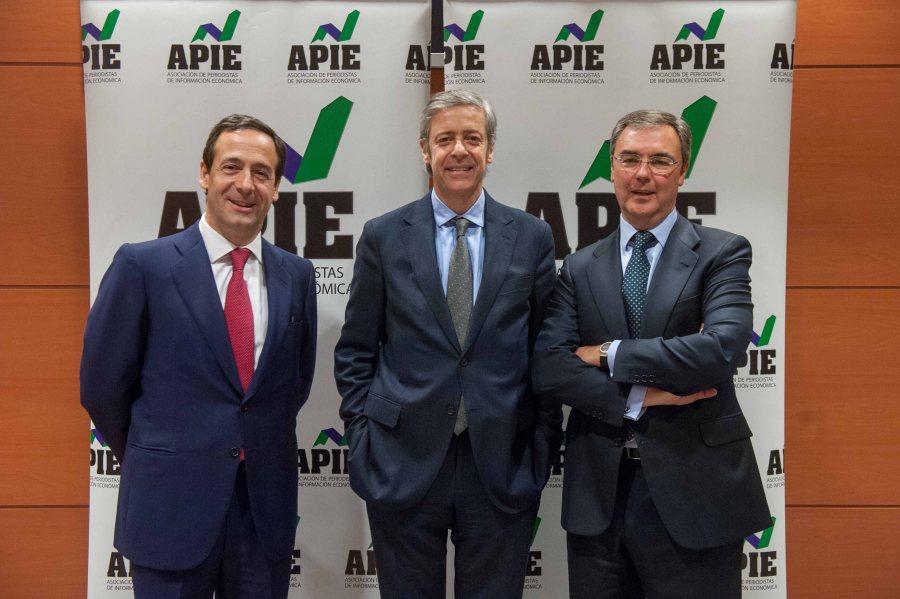 De izquierda a derecha, Gonzalo Gortázar, Consejero Delegado de Caixabank, Íñigo de Barrón, de la Junta Directiva de APIE, y José Sevilla, Consejero Delegado de Bankia.
