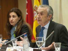 María Fernández Pérez, Vicepresidenta de la CNMC , y Jose María Marín Quemada, Presidente, durante el desayuno de prensa organizado por APIE.