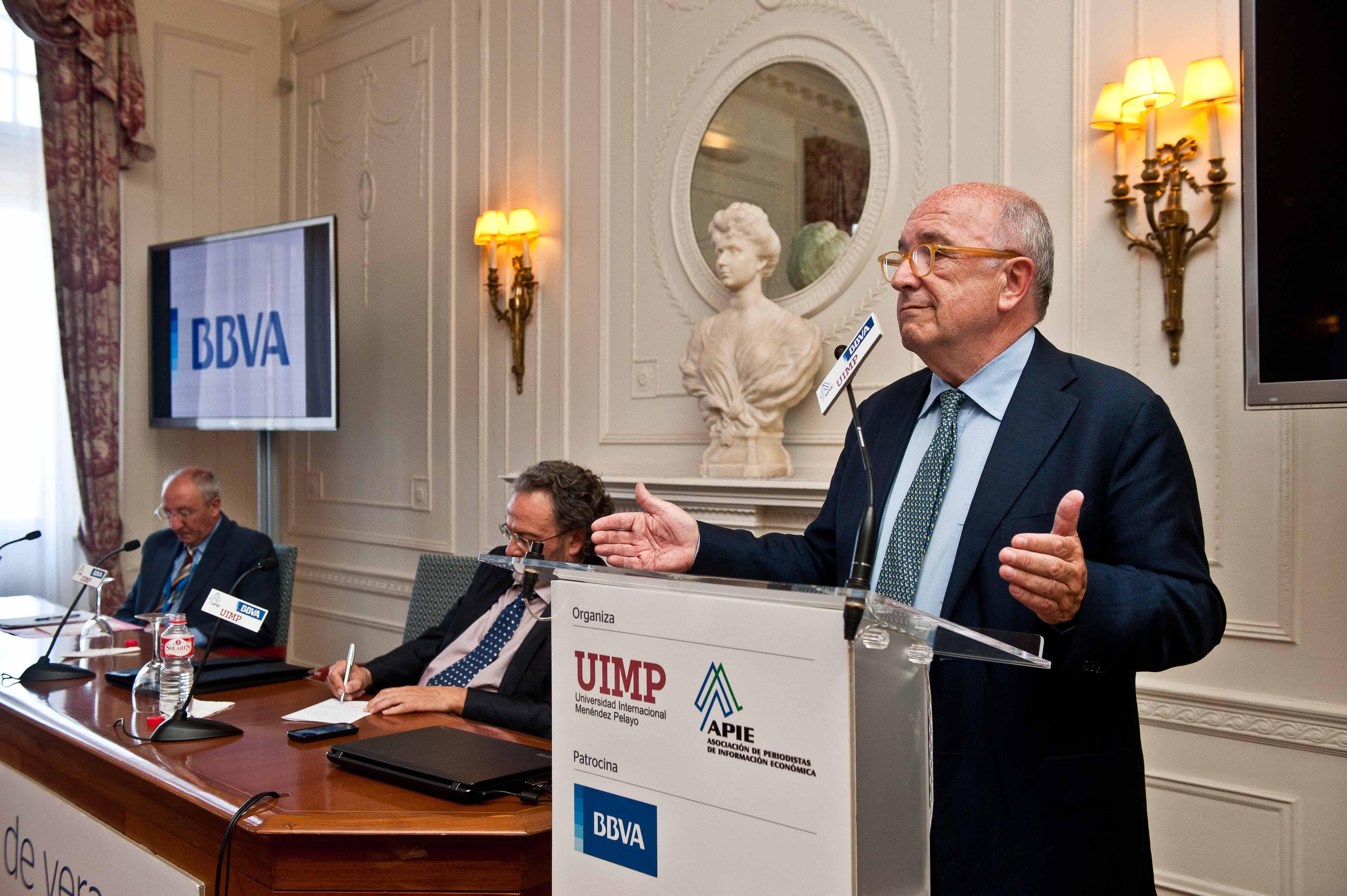 Joaquin Almunia, ex comisario europeo de Competencia y Economía, durante su intervención en el Curso de Verano organizado por APIE en la Universidad Internacional Menéndez Pelayo de Santander.