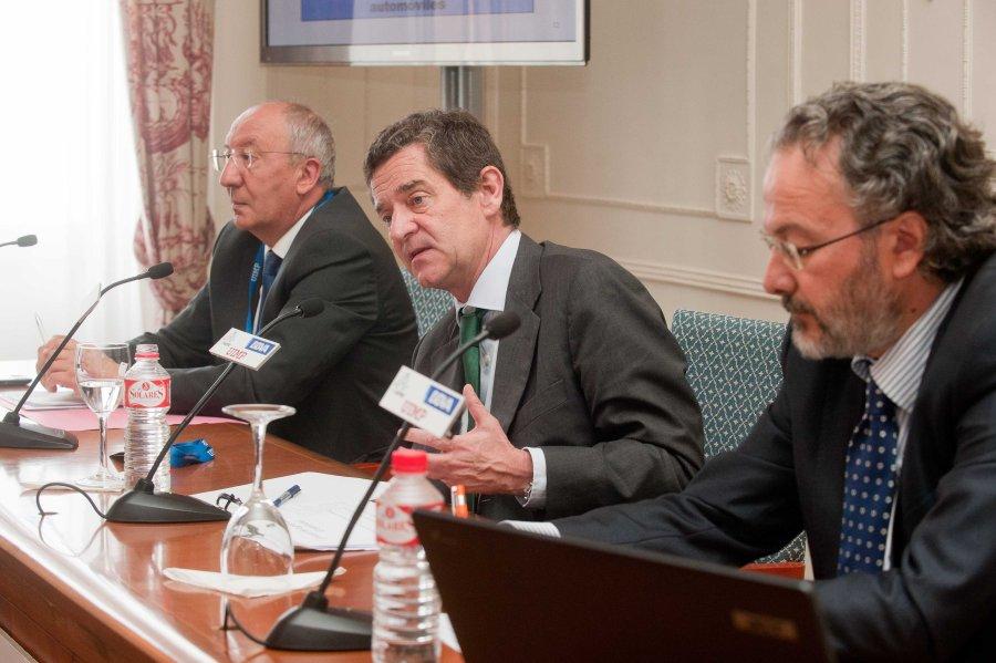 Mario Armero, presidente de ANFAC, durante su intervención en el Curso de Verano organizado por la APIE en la UIMP.
