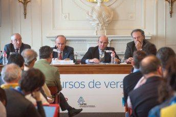 Luis de Guindos, Ministro de Economía y Competitividad, durante su intervención en el Curso de Verano organizado por la APIE en la UIMP.