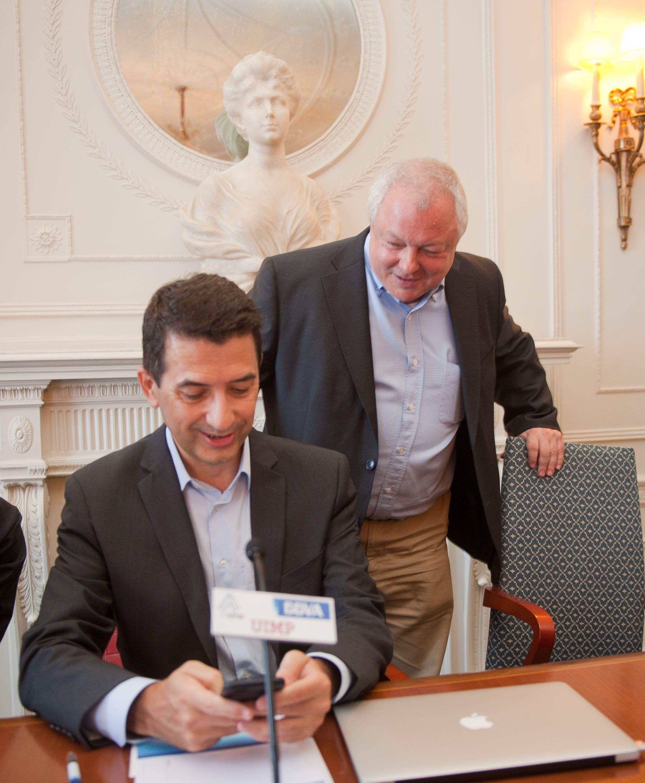 Rafael Domenech, Economista Jefe de Economías Desarrolladas de BBVA Research (sentado), y Angel de la Fuente, director de FEDEA, durante su intervención en el Curso de Verano organizado por la APIE en la UIMP.