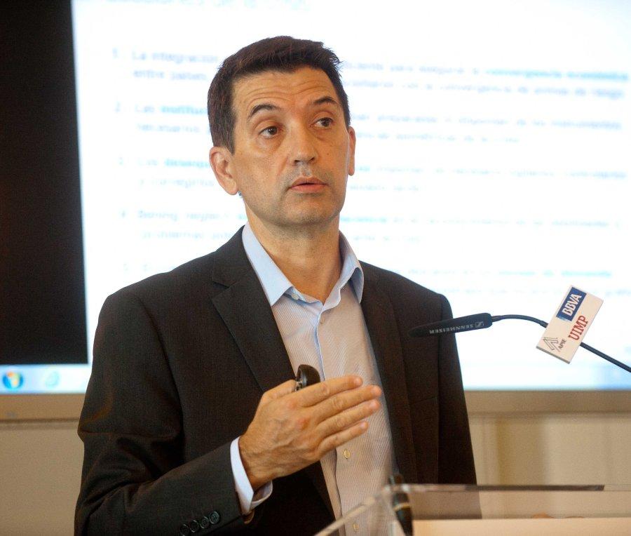 Rafael Domenech, Economista Jefe de Economías Desarrolladas de BBVA Research, durante su intervención en el Curso de Verano organizado por la APIE en la UIMP, junto al otro ponente, Angel de la Fuente, director de FEDEA.
