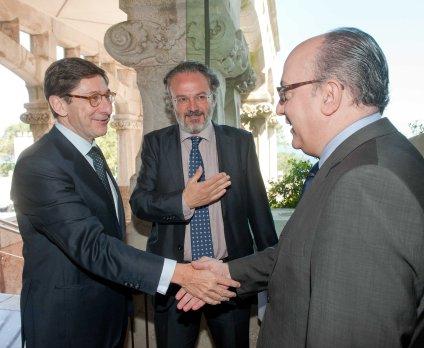 Jose Ignacio Goirigolzarri, presidente de BANKIA, saluda a Jose María Roldán presidente de la Asociación Española de Banca, a su llegada al Curso de Verano organizado por la APIE en la Universidad Internacional Menéndez Pelayo.