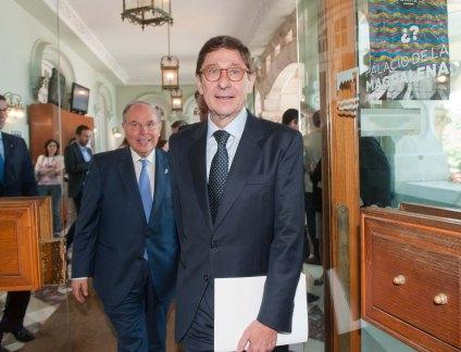 Jose Ignacio Goirigolzarri, presidente de BANKIA, llega Curso de Verano organizado por la APIE acompañado por César Nómbela, rector de la Universidad Internacional Menéndez Pelayo.