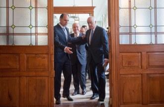 Francisco González, presidente del BBVA, a su llegada al curso de verano de la APIE, acompañado por César Nímbela, Rector de la UIMP, e Ignacio Diego, Presidente en Funciones de la Comunidad de Cantabria.