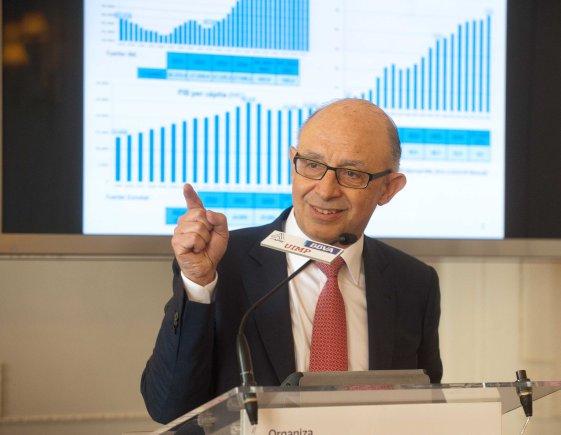Un momento de la intervención de Cristóbal Montero en la sesión inaugural del Curso 2015 de la APIE en la Universidad Internacional Menéndez Pelayo.