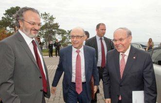 César Nombela, Rector de la UIMP, y Miguel Ángel Noceda, coorganizador del curso de la APIE, reciben a Cristóbal Montoro a su llegada al Palacio de la Magdalena.