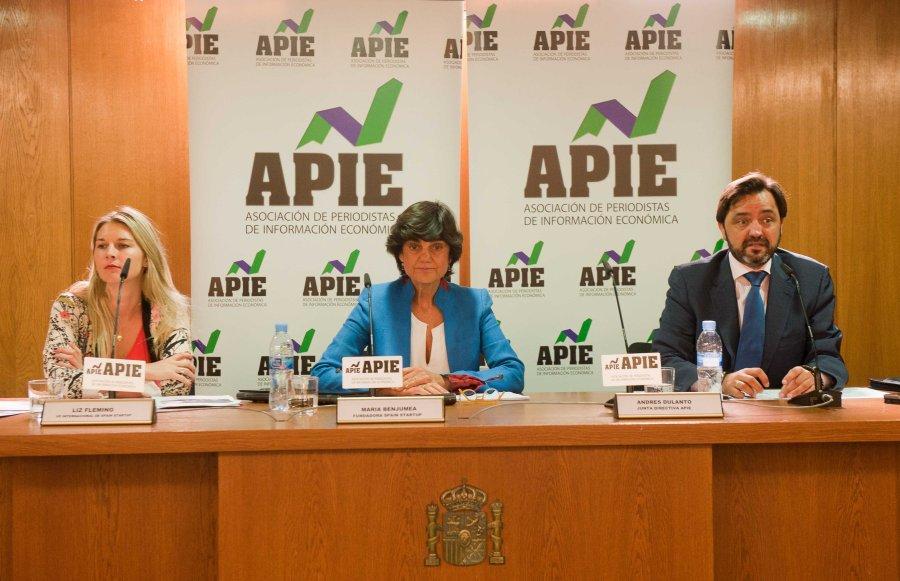 De izquierda a derecha, Liz Fleming y María Benjumea, Vicepresidenta Internacional y fundadora de Spain Startups, y Andrés Dulanto Scott, de la Junta Directiva de APIE, durante la presentación de la feria de emprendedores South Summit 2015.