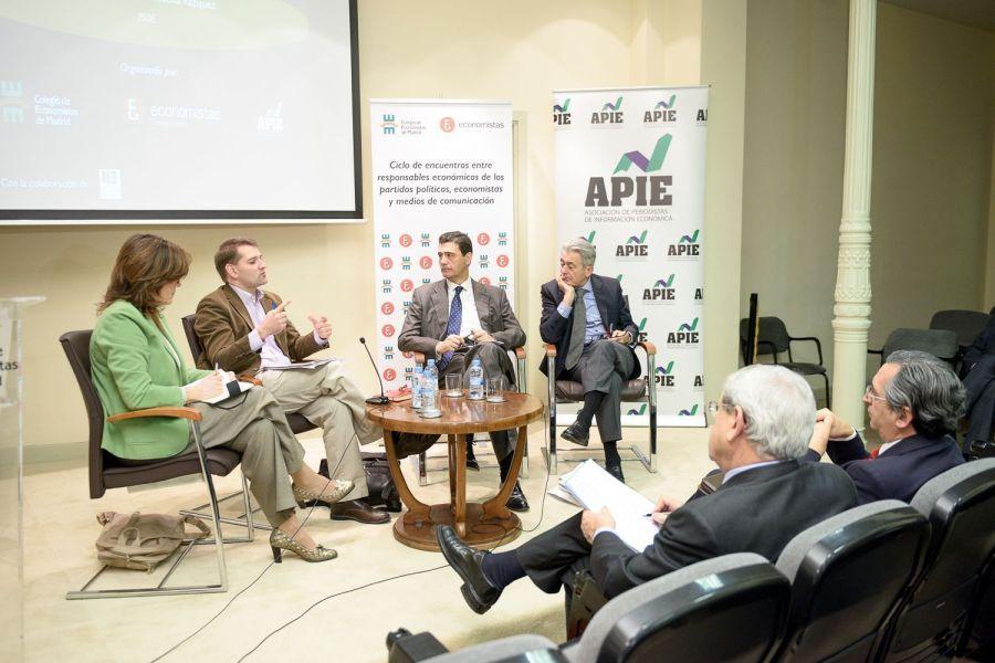 Un momento del encuentro con Manuel de la Rocha en la sede del Colegio de Economistas de Madrid.