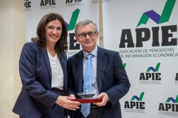 Yolanda Gómez Rojo, Vicepresidenta de la APIE, entrega el segundo accésit del Secante a Alberto Fernández, Director de Comunicación de ENDESA, que lo recogió en representación de su presidente, Borja Prado.