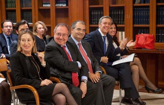 Los tres galardonados con los Tinteros 2015, junto a los miembros de la Junta Directiva de APIE, en un momento de la ceremonia de entrega de premios.