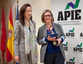 Fiona Maharg-Bravo, de la Junta Directiva de APIE, hace entrega del premio Secante 2015 a Paz Noriega, Gerente de Comunicación de Telefónica, que lo recogió en nombre del galardonado, el presidente César Alierta.