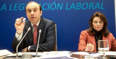 Jordi García Viña, director del Departamento de Relaciones Laborales de CEOE, y Ana Herráez, responsable de Mercado de Trabajo del Departamento de Relaciones Laborales de CEOE, durante el acto organizado con APIE sobre legislación laboral.