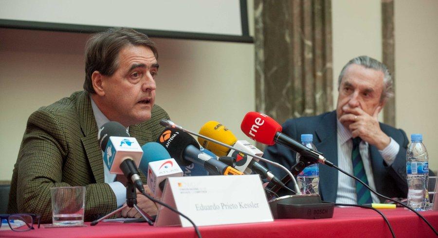 Eduardo Prieto Kessler (izquierda), director del área de Competencia de la CNMC, y Jose María Marín Quemada, presidente, durante la presentación a los medios del Balance de 2015, organizada conjuntamente con APIE.